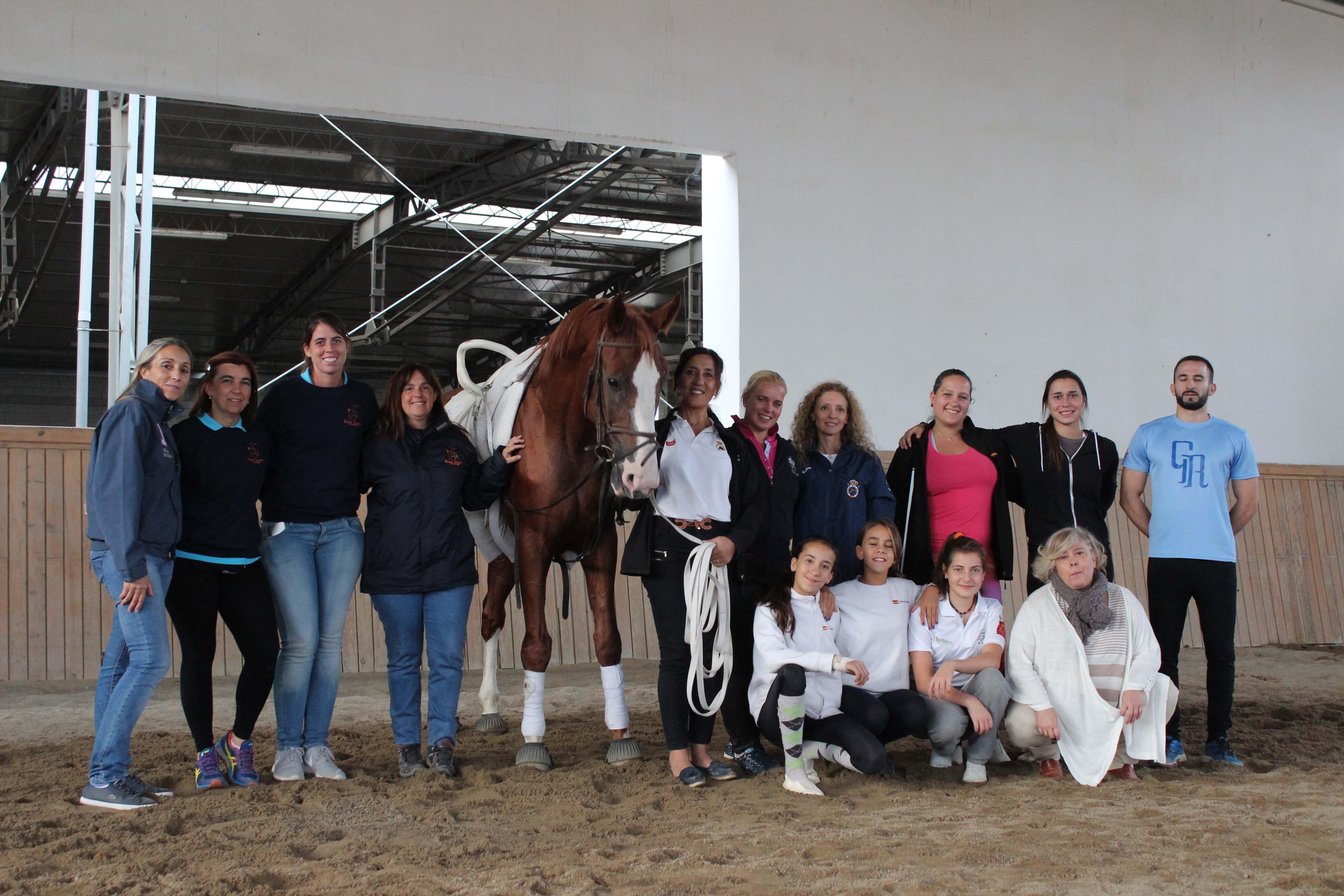foto-grupo-con-el-caballo-limon-en-la-parte-practica